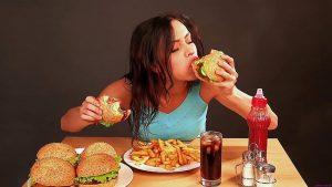 Bị nấc cụt là do ăn quá nhanh